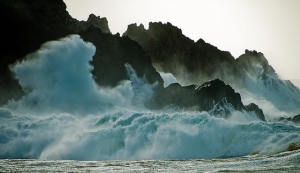 Un-mar-esculpe-estatuas-de-salitre...